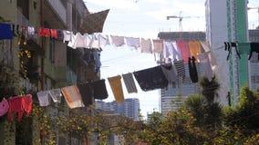 Ντύνει την ένωση και την ξήρανση σε ένα σχοινί σε ένα κτήριο πολυ-ιστορίας σε μια φτωχή περιοχή της πόλης απόθεμα βίντεο