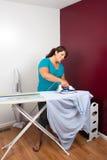 ντύνει τη σιδερώνοντας γυ Στοκ Εικόνες