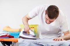 ντύνει το σιδερώνοντας άτ&omicr Στοκ φωτογραφία με δικαίωμα ελεύθερης χρήσης