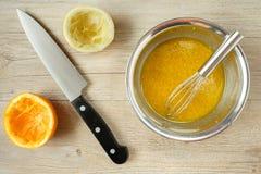 Ντύνοντας για τη σαλάτα με το λεμόνι, το ελαιόλαδο και τα πορτοκαλιά φρούτα Στοκ φωτογραφία με δικαίωμα ελεύθερης χρήσης