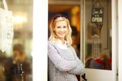 Ντύνοντας γυναίκα ιδιοκτητών καταστημάτων Στοκ εικόνα με δικαίωμα ελεύθερης χρήσης