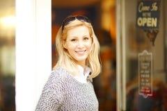 Ντύνοντας γυναίκα ιδιοκτητών καταστημάτων Στοκ εικόνες με δικαίωμα ελεύθερης χρήσης