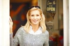 Ντύνοντας γυναίκα ιδιοκτητών καταστημάτων Στοκ Εικόνα