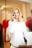Ντύνοντας γυναίκα ιδιοκτητών καταστημάτων Στοκ φωτογραφία με δικαίωμα ελεύθερης χρήσης
