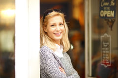 Ντύνοντας γυναίκα ιδιοκτητών καταστημάτων Στοκ Φωτογραφία