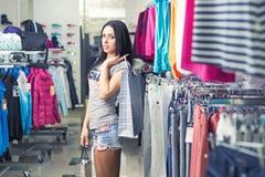 ντύνοντας γυναίκα καταστ& Στοκ φωτογραφία με δικαίωμα ελεύθερης χρήσης