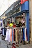 Ντύνοντας κατάστημα στη για τους πεζούς οδό Anduze Στοκ εικόνες με δικαίωμα ελεύθερης χρήσης