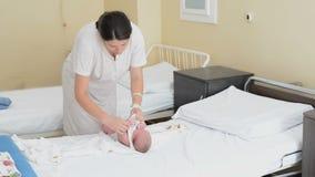 Ντύνοντας νεογέννητο μωρό απόθεμα βίντεο