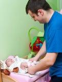 ντύνοντας πατέρας μωρών στοκ εικόνα με δικαίωμα ελεύθερης χρήσης