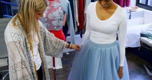 Ντύνοντας πελάτης 4k σχεδιαστών μόδας απόθεμα βίντεο