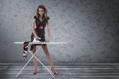 ντύνοντας σιδερώνοντας γυναίκα Στοκ Φωτογραφίες