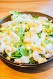 ντύνοντας τεράστια ντομάτα ουρών γαρίδων σαλάτας μαρουλιού ελαφριά Στοκ Εικόνες