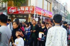 Ντύνοντας την εμπορική οδό στο νέο τοπίο ημέρας έτους ` s, οι άνθρωποι πηγαίνουν ή αγοράζουν τον ιματισμό Στοκ Φωτογραφίες