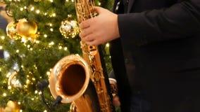 Νυρεμβέργη, Γερμανία - 1 Δεκεμβρίου 2018: Ένα saxophonist που παίζει ένα χρυσό saxophone στη λεωφόρο ή το εμπορικό κέντρο απόθεμα βίντεο