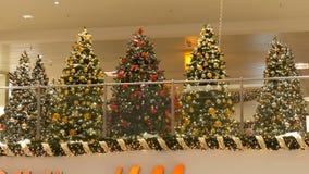 Νυρεμβέργη, Γερμανία - 1 Δεκεμβρίου 2018: Υπέροχα διακοσμημένο χριστουγεννιάτικο δέντρο με τις μεγάλες χρυσές κόκκινες ασημένιες  φιλμ μικρού μήκους