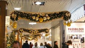 Νυρεμβέργη, Γερμανία - 1 Δεκεμβρίου 2018: Όμορφη διακόσμηση Χριστουγέννων του εμπορικού κέντρου όπου οι αγοραστές περπατούν φιλμ μικρού μήκους