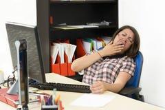 Νυσταλέα γυναίκα που εργάζεται στο γραφείο στοκ φωτογραφία με δικαίωμα ελεύθερης χρήσης