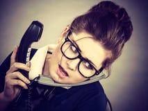Νυσταλέα επιχειρησιακή γυναίκα στην εργασία γραφείων Στοκ φωτογραφία με δικαίωμα ελεύθερης χρήσης