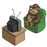 Νυσταλέα κουκουβάγια με το φλιτζάνι του καφέ, TV προσοχής το πρωί, αστείος χαρακτήρας που απομονώνεται στο άσπρο, εμπνευσμένο πρω Στοκ Εικόνα
