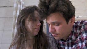 Νυσταλέοι άνδρας και γυναίκα ζευγών στο λουτρό με την απόλυση που προσπαθεί ξυπνήστε και που χαμογελά φιλμ μικρού μήκους