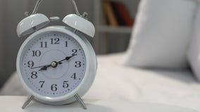 Νυσταλέο άτομο που ενοχλείται με τον ήχο ξυπνητηριών το πρωί, καθημερινή ρουτίνα, πίεση φιλμ μικρού μήκους