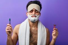 Νυσταλέο ελκυστικό όμορφο άτομο με τις ιδιαίτερες προσοχές, αφρός ξυρίσματος στο πρόσωπό του στοκ φωτογραφία με δικαίωμα ελεύθερης χρήσης