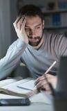 Νυσταλέος νεαρός άνδρας στο γραφείο Στοκ Εικόνες