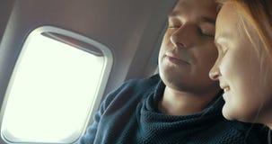 Νυσταλέο άτομο και η φίλη του στο αεροπλάνο απόθεμα βίντεο