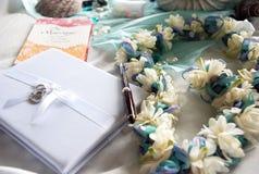 Νυφικά αντικείμενα βιβλίων, lei και γάμου φιλοξενουμένων Στοκ Εικόνες
