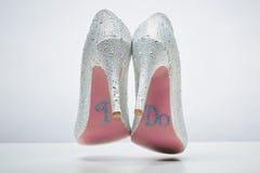 Νυφικά γαμήλια παπούτσια με κάνω το μήνυμα στο πέλμα Στοκ φωτογραφία με δικαίωμα ελεύθερης χρήσης