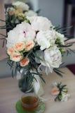 Νυφικά λουλούδια και πρωί τσαγιού στοκ φωτογραφία