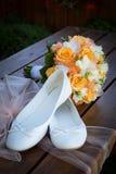Νυφικά παπούτσια ανθοδεσμών και της νύφης Στοκ εικόνες με δικαίωμα ελεύθερης χρήσης
