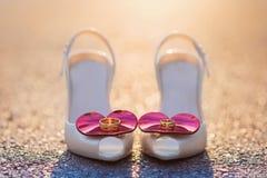 Νυφικά παπούτσια και γαμήλια δαχτυλίδια Στοκ Φωτογραφίες