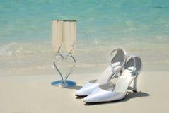 Νυφικά παπούτσια και γαμήλια γυαλιά Στοκ Εικόνες