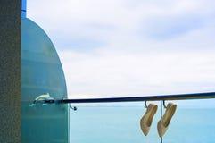 Νυφικά παπούτσια στην περίφραξη Στοκ εικόνες με δικαίωμα ελεύθερης χρήσης