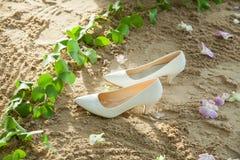Νυφικά παπούτσια στις αριστερές άμμους Στοκ Εικόνα