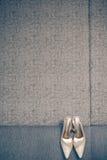 Νυφικά παπούτσια στον καναπέ Στοκ Εικόνα