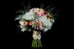 νυφικά χέρια νεόνυμφων νυφών ανθοδεσμών γάμος πρώτου πλάνου εστίασης 3 ανθοδεσμών στοκ εικόνες με δικαίωμα ελεύθερης χρήσης