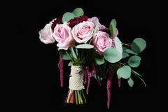νυφικά χέρια νεόνυμφων νυφών ανθοδεσμών γάμος πρώτου πλάνου εστίασης 3 ανθοδεσμών στοκ εικόνες