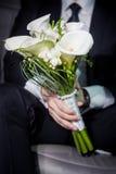 νυφικά χέρια νεόνυμφων νυφών ανθοδεσμών Στοκ εικόνα με δικαίωμα ελεύθερης χρήσης
