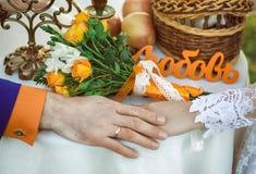 νυφικά χέρια νεόνυμφων νυφών ανθοδεσμών Στοκ φωτογραφία με δικαίωμα ελεύθερης χρήσης