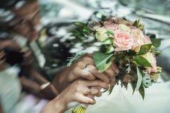νυφικά χέρια νεόνυμφων νυφών ανθοδεσμών Στοκ Εικόνα