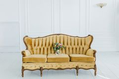 Νυφική ανθοδέσμη στον καναπέ στοκ εικόνα