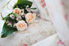 Νυφική ανθοδέσμη με τα μπεζ τριαντάφυλλα και τις πορφυρές ορχιδέες Στοκ Εικόνες