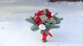Νυφική ανθοδέσμη με τους κλάδους έλατου στο χιόνι απόθεμα βίντεο