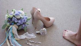 Νυφική ανθοδέσμη, παπούτσια, κόσμημα, αρώματα που βρίσκεται στο πάτωμα Η νύφη πηγαίνει και παίρνει από το πάτωμα, αφήνοντας τα πα απόθεμα βίντεο