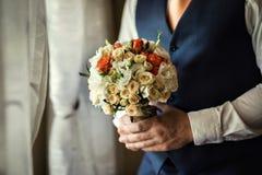 Νυφική ανθοδέσμη στα χέρια, γαμήλια ανθοδέσμη στα χέρια του νεόνυμφου, Στοκ Φωτογραφίες