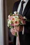 Νυφική ανθοδέσμη στα χέρια, γαμήλια ανθοδέσμη στα χέρια του νεόνυμφου, Στοκ φωτογραφία με δικαίωμα ελεύθερης χρήσης