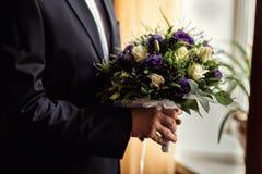Νυφική ανθοδέσμη στα χέρια, γαμήλια ανθοδέσμη στα χέρια του νεόνυμφου, Στοκ Εικόνα