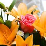 Νυφική ανθοδέσμη των κρίνων και των τριαντάφυλλων σε μια δεξίωση γάμου Στοκ Εικόνα